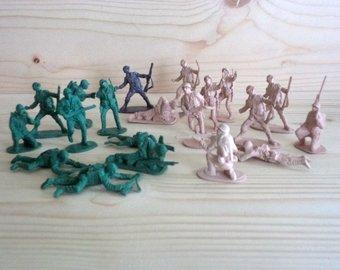 πλαστικα στρατιωτακια που βρηκε τεχνικος αποφραξεων στην Αγια Παρασκευη